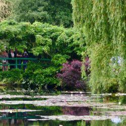 Visitantes en un puente del Jardín Claude Monet.