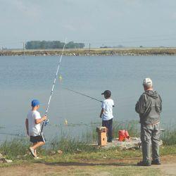 En la laguna se puede pescar desde la costa en forma gratuita.
