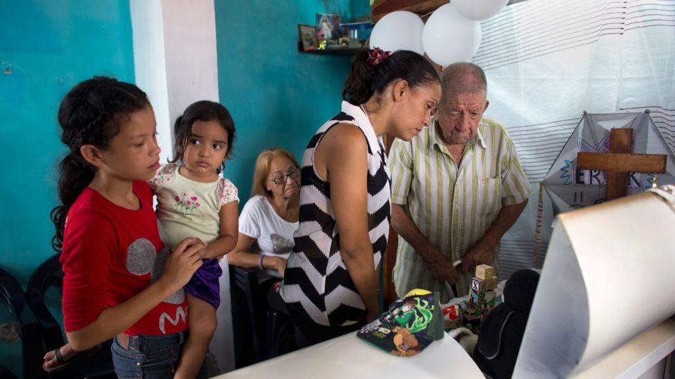 Familia llora la muerte de un niño de 11 años internado en el hospital pediátrico de Caracas.