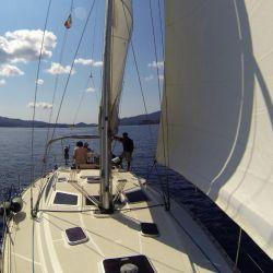 El velero de camino al puerto de Portoferraio.
