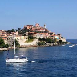 Mucha gente que tiene yates o veleros ofrecen paseos por una tarifa modesta.
