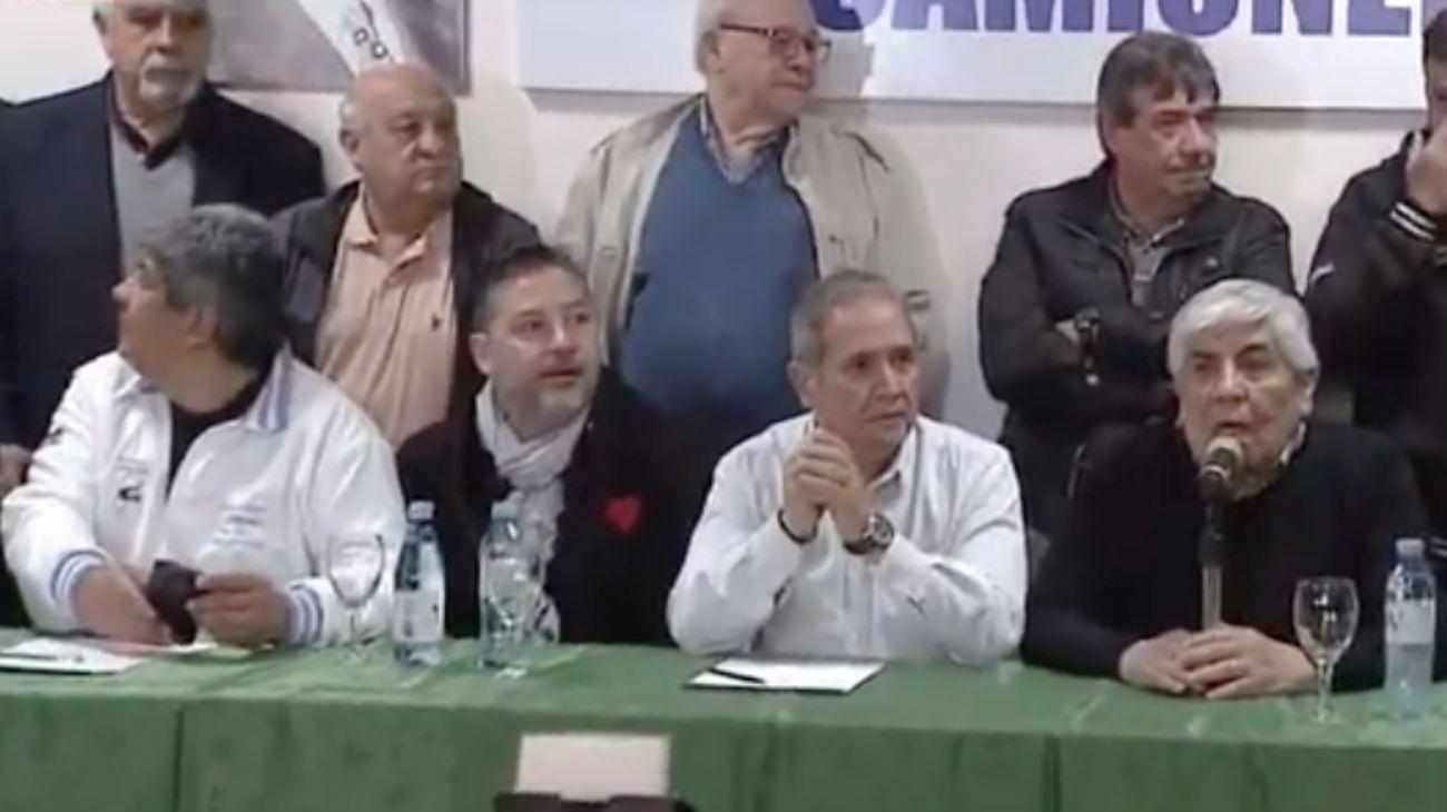 Hugo Moyano, Sergio Palazzo y Gustavo Menéndez presentes en la conferencia de prensa.