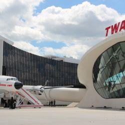 El nuevo hotel de lujo del aeropuerto JFK se encuentra en la antigua terminal de TWA y recuerda a la aviación de otras épocas.