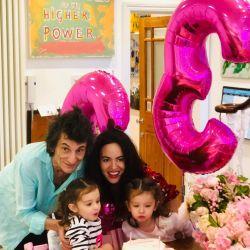 Ronnie Wood celebró los tres años de sus hijas