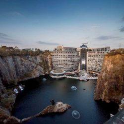En lo que era una cantera abandonada y en mal estado, se hizo un hotel de lujo de 18 pisos.