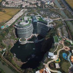 Vista cenital del hotel y la cantera, hoy convertida en una zona de lujo y confort.