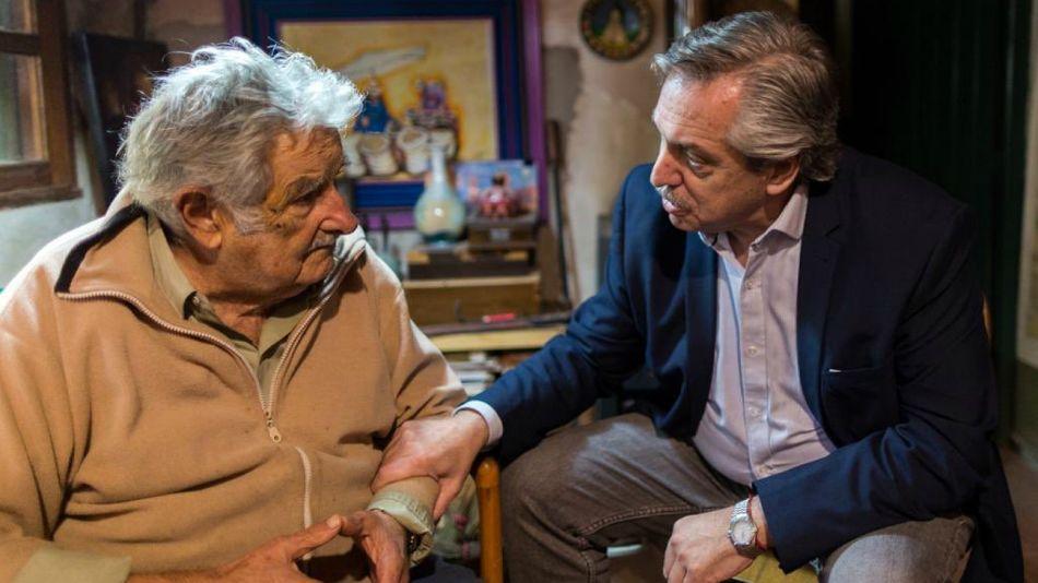 Alberto Fernández de visita en Uruguay junto a Pepe Mujica.
