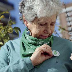 Alicia Schejter mostrando su pin de fuego verde