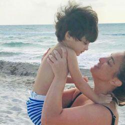María Julia Oliván con su hijo Antonio durante sus vacaciones en Miami.