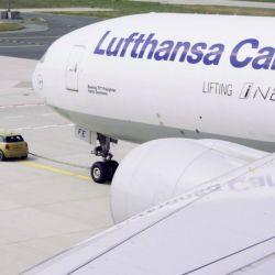 Un prototipo del Mini Cooper SE remolca un Boeing 777 Freighter en el aeropuerto de Frankfurt.