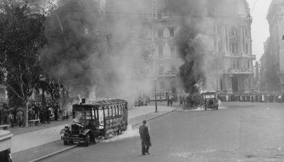 Colectivos de la Corporación de Transportes de la ciudad de Buenos Aires incendiados con motivo de los sucesos del 4 de junio de 1943.