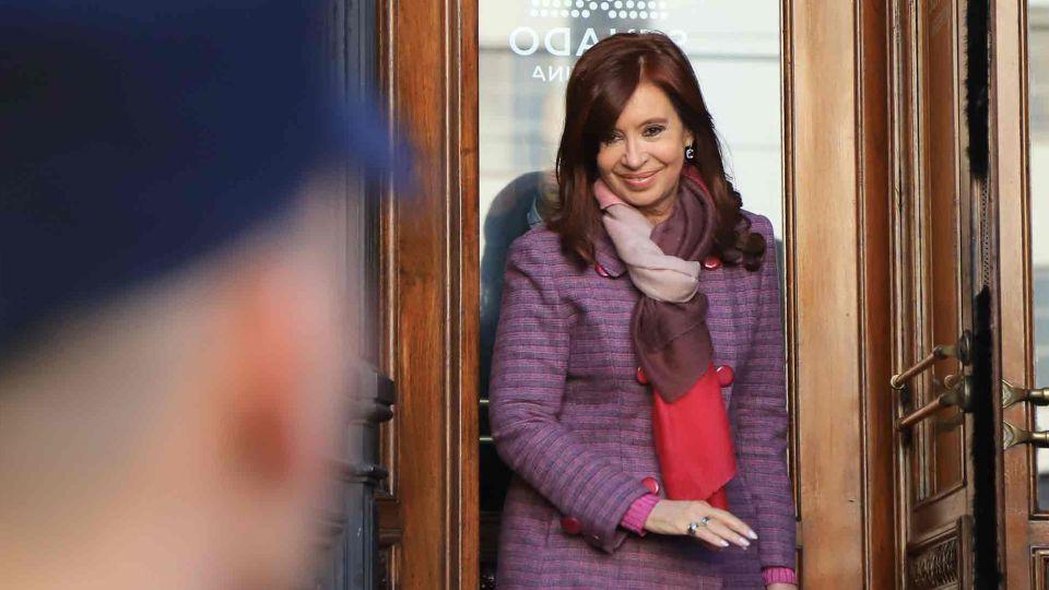 La senadora Cristina Fernandez de Kirchner se retira del edificio del Congreso Nacional este mediodia.