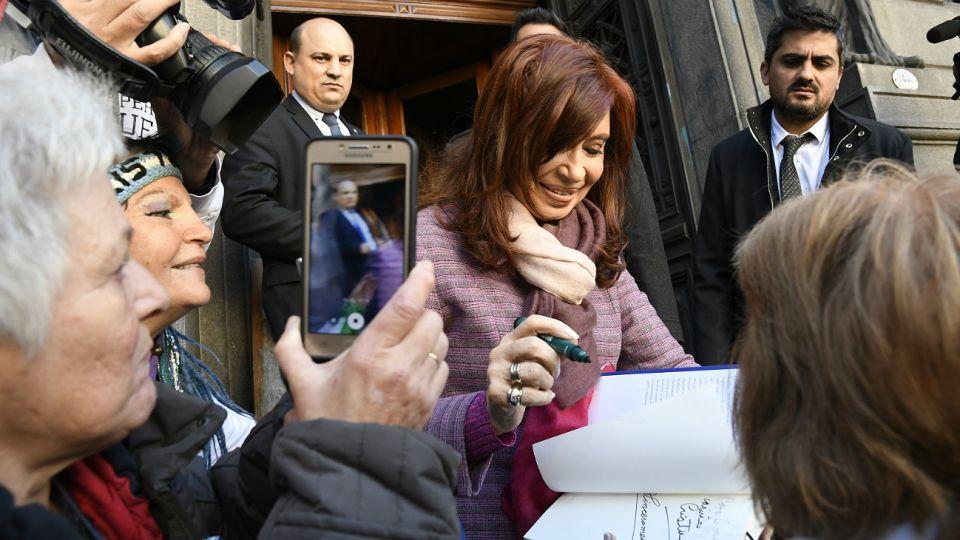Cristina firma ejemplares de Sinceramente, a la salida del Senado.