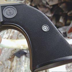 La empuñadura es del mismo tamaño que los SA de mayor calibre, lo que favorece el cambio de cachas por otras distintas.