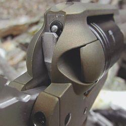 La aguja percutora flotante en el armazón y la barra de transferencia aportan seguridad al evitar disparos accidentales.