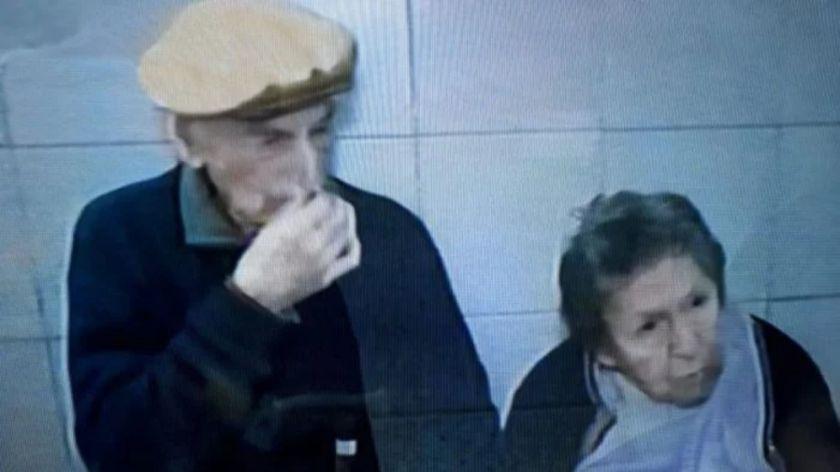 Un hijo abandonó a sus padres ancianos en un bar de Rosario
