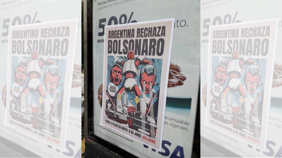 Afiches anti Bolsonaro en Buenos Aires.