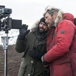 El director Joe Penna y el protagonista Mads Mikkelsen en pleno rodaje de El Artico.