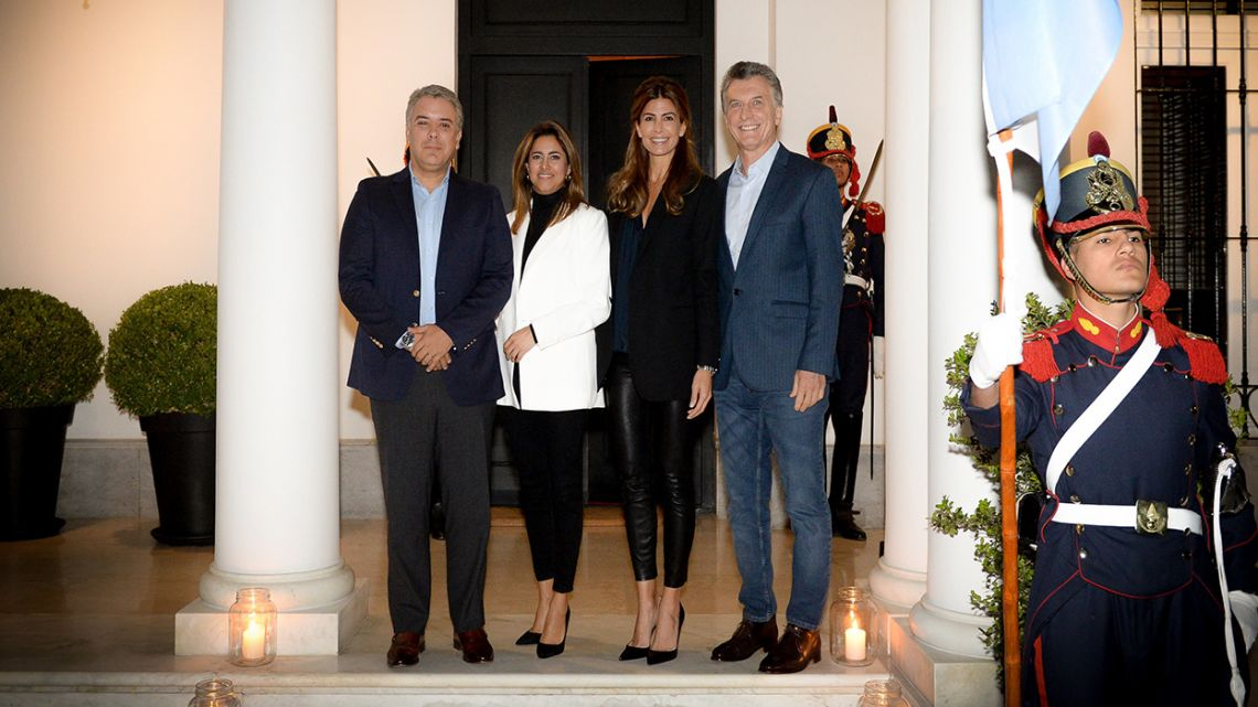 Handout picture released by the Presidency showing President Mauricio Macri (right), his wife Juliana Awada (second right), Colombian President Iván Duque (left) and his wife María Juliana Ruíz before a dinner at the presidential residence in Olivos, Buenos Aires.