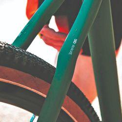 Para ganar confort y seguridad fuera del asfalto, permite utilizar rodado ancho con dibujo mixto.