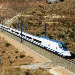 El Talgo 350, también conocido como AVE, conecta las ciudades de Madrid y Barcelona.