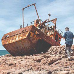 Caminando por las cercanías de Cabo Raso se pueden encontrar los restos de un naufragio sobre la playa.
