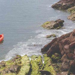 Las protegidas aguas de las caletas son ideales para remarlas en kayak.