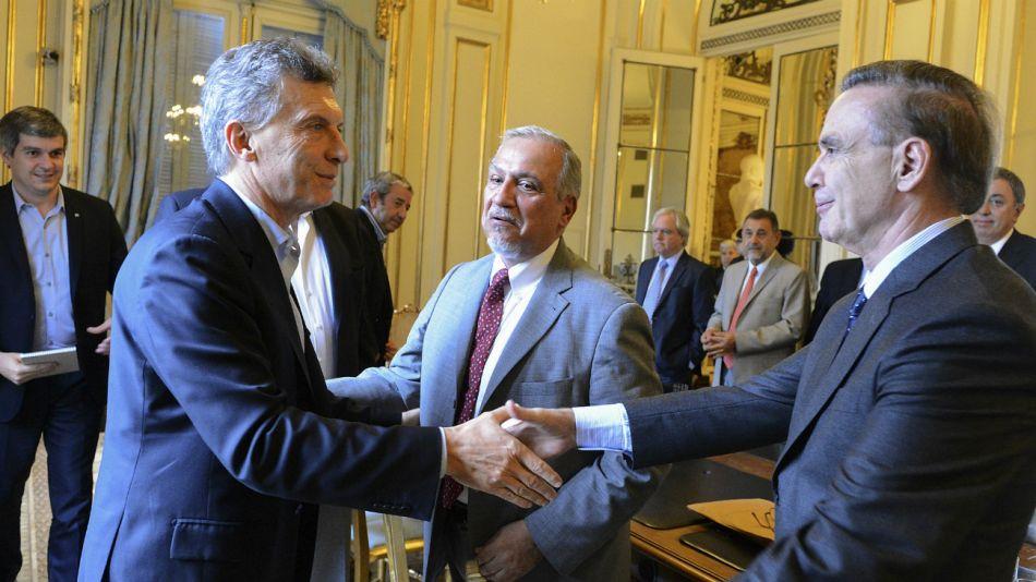 Mauricio Macri saluda a Miguel Pichetto