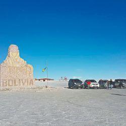 Homenaje al paso del Dakar por el Salar de Uyuni. Detrás, el primer hotel de sal.