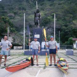 Jorge Iriberri, Alfredo Barragán y Horacio Giaccaglia, los tres compañeros de CADEI, junto al monumento a Cristobal COlón.