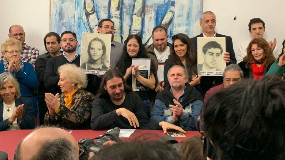 Javier Matías Darroux Mijalchuk, nieto 130, sentado junto a Estela de Carlotto.