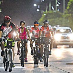 La mayoría de las colisiones entre ciclistas y automovilistas ocurren en las intersecciones de las calles, muchas veces por descuido de ambas partes.