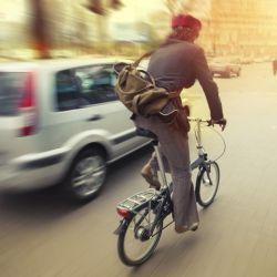 Hay que hacerse notar y comunicarle a los conductores cada uno de los movimientos que vamos a hacer.