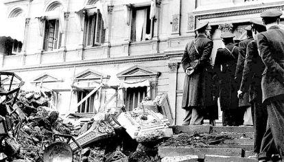 Aviones de la Marina surcaron el cielo porteño y arrojaron en las inmediaciones de la Plaza de Mayo más de 100 bombas, 14 toneladas, sobre los ciudadanos.
