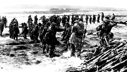Después de la rendición, los argentinos arrojan sus armas y sus municiones en Puerto Deseado.