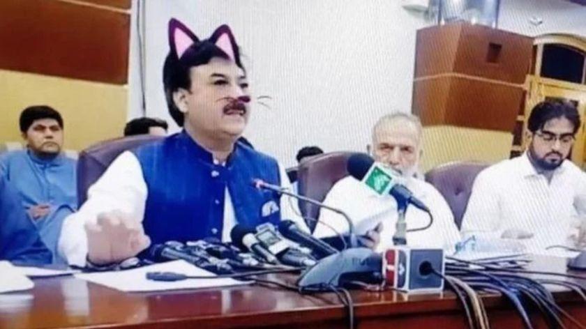 """Un ministro transmitió una conferencia en Facebook Live y olvidó sacar el """"filtro de gato"""""""
