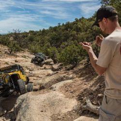 El spottering debe ubicarse en un lugar visible delante o detrás del vehículo.
