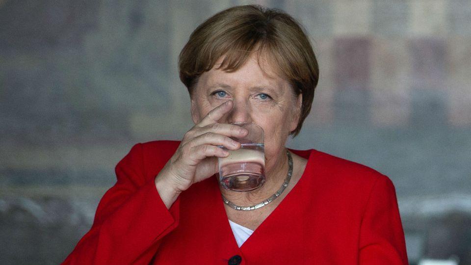 Angela Merkel dijo que se había deshidratado y que al beber tres vasos de agua se le pasó.