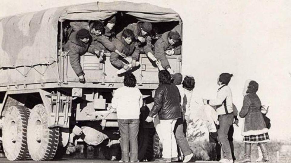19 de junio de 1982, los vecinos reciben a los soldados de Malvinas.