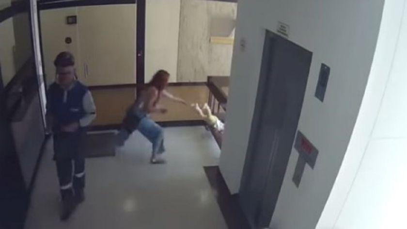 Madre se distrae con celular y su hijo casi cae al vacio