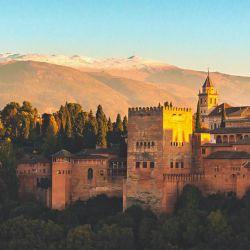 Vista general de la Alhambra con Sierra Nevada detrás.Este conjunto de palacios comenzó a construirse en 1237.