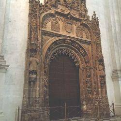 Una de las puertas de la Catedral de Granada.