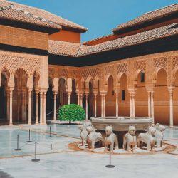 El bello Patio de los Leones mantiene el esplendor que le dio el sultán Muhamad V.