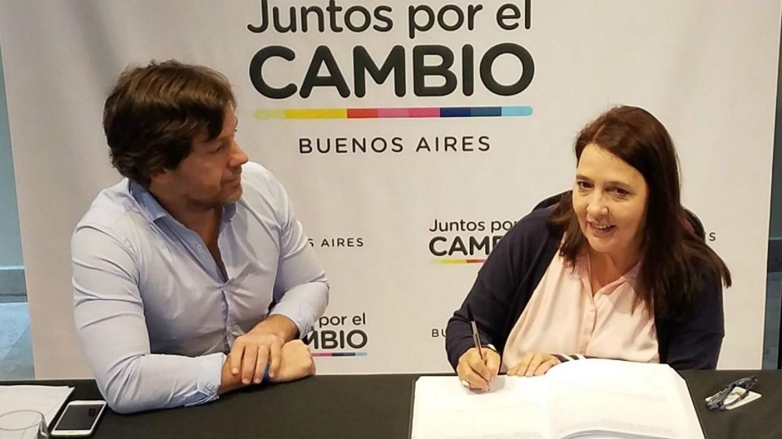 María Luján Rey signs her candidacy forms for the PRO Party.