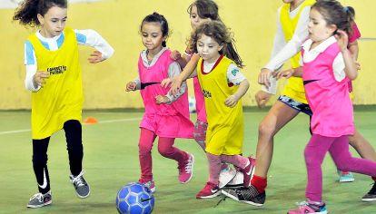 Las cracks. Todos los sábados, chicas de entre 4 y 6 años entrenan en la Academia Femenina de Fútbol (AFF) de Colegiales, donde les enseñan los valores del deporte y del trabajo en equipo.