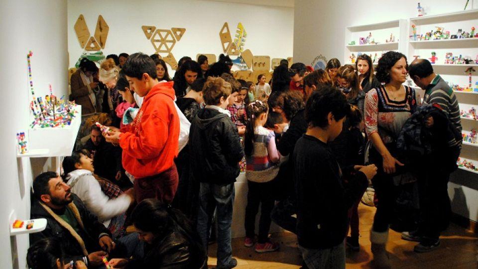 NIÑOS EN EL MUSEO. En ediciones anteriores, la convocatoria atrajo masivamente al público infantil, acompañado de padres y adultos.