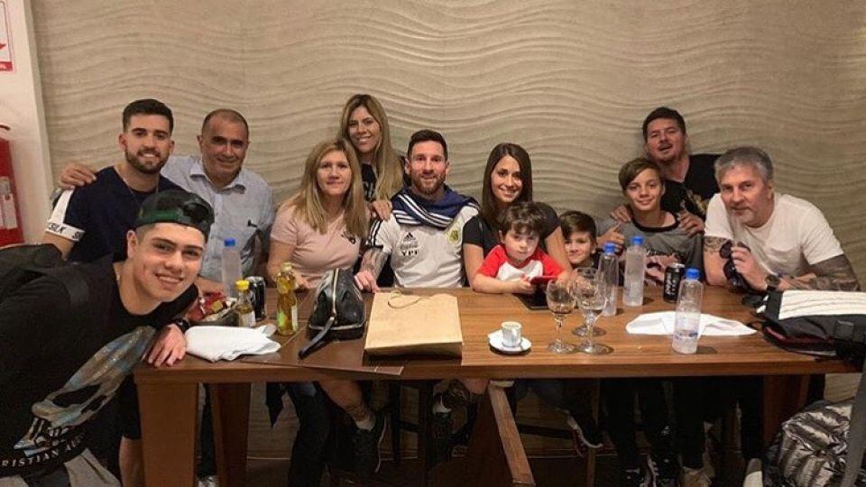 Leo celebró sus 32 años con sus familiares y compañeros de la Selección.
