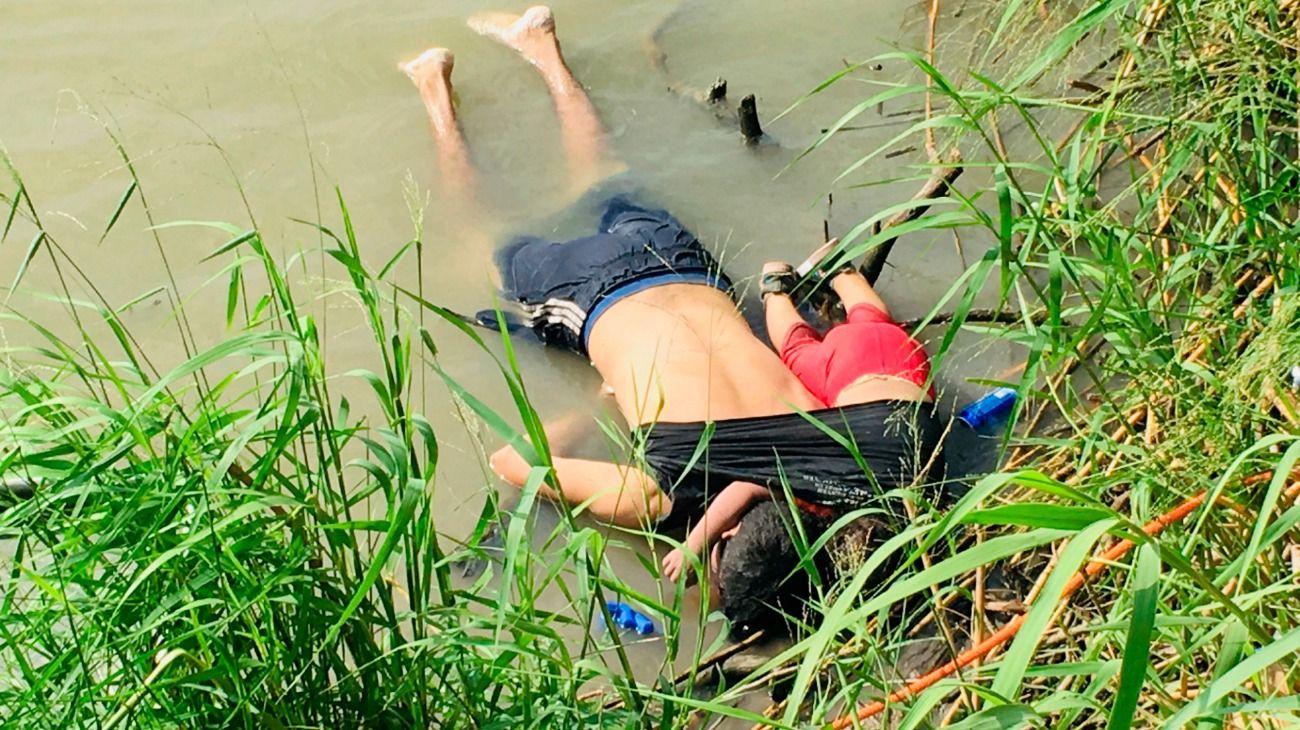 Imágenes sensibles. El padre y si hija ahogados tras intentar cruzar la frontera hacia Estados Unidos.