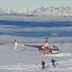 Aterrizamos en la cima plana del cerro Le Cloche para caminar por un terreno de grandes rocas nevadas como por una terraza.