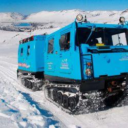 Partimos sobre un vehículo antártico con orugas para trepar la montaña hasta las termas de Copahue.